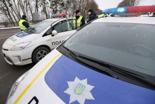 На в'їзді в Гнівань поліція з автоматами зупиняють авто. В чому причина?