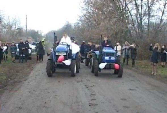 Наречені на тракторі. Відео з весілля на Вінниччині підкорює соцмережі