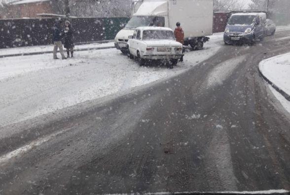 """Снігопад і дороги: 10 аварій зранку та затори через """"суворих пацанів"""" на літній гумі"""