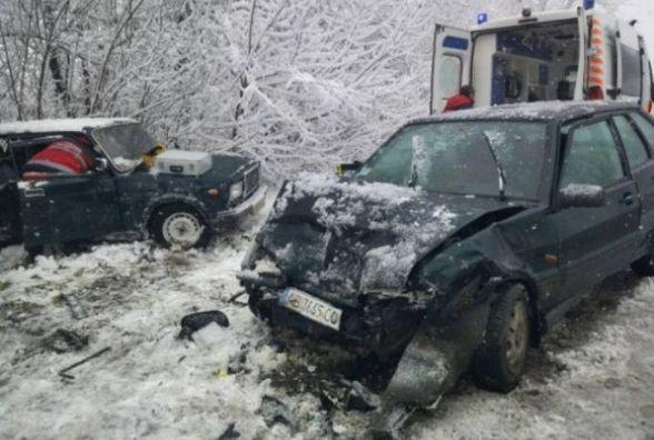 На Вінниччині не розминулися два «ВАЗи». Жінку витягували рятувальники