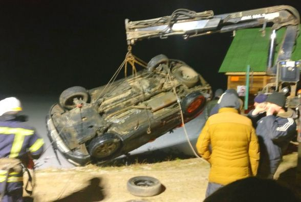 """На """"Тропіканці"""" в озері втопили """"Хюндай"""" за півмільйона гривень. Діставали краном"""
