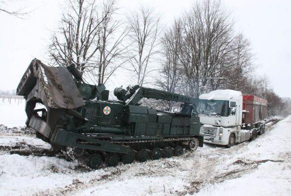 БАТ витягував з яру вантажівку Renault. Два потужних трактори не впорались