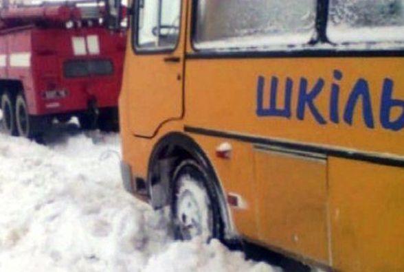 На Вінниччині у снігу застряг шкільний автобус з дітьми