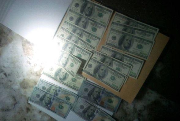 """На Вінниччині на хабарі попався поліцейський та прокурор. """"Взяли"""" вони 3 тисячі доларів"""