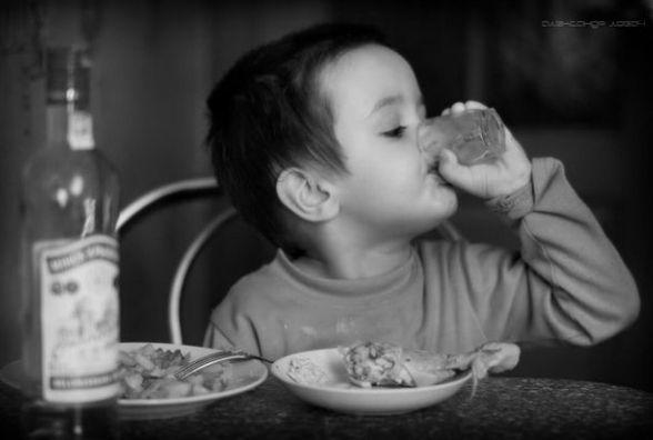 Двох братиків 5 та 8 років сусід напоїв горілкою. Малі в реанімації з отруєнням