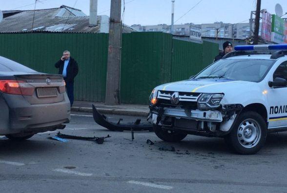 ДТП на перехресті Київської та Стеценка: зіштовхнулися поліцейський «Дастер» та авто