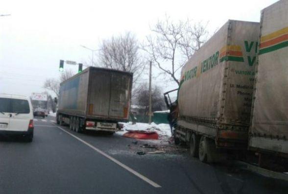 На в'їзді в Вінницю не розминулися дві великогабаритні фури. Фото з місця
