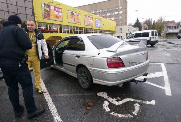 Майже сотню штрафів виписали патрульні за паркування на місцях для людей з інвалідністю
