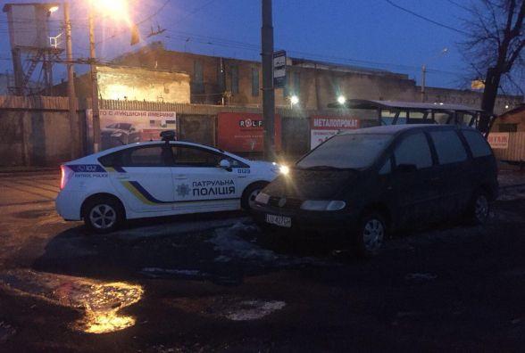 Патрульні в'їхали у припаркований мінівен. Власника авто розшукали по оголошенням