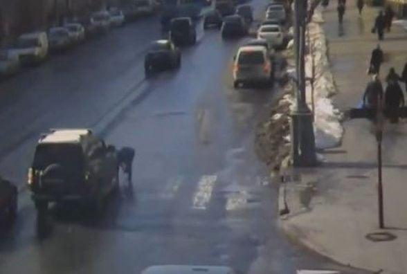 На Соборній водій збив дівчину та втік: що зафіксували камери відеонагляду у середу