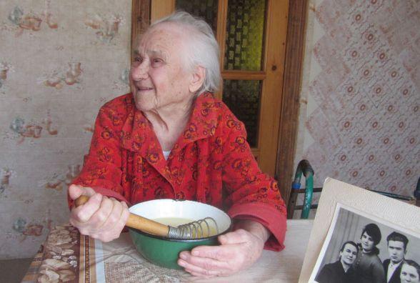 На своє 100-річчя бабуся Рая приготувала улюблений торт «Наполеон»