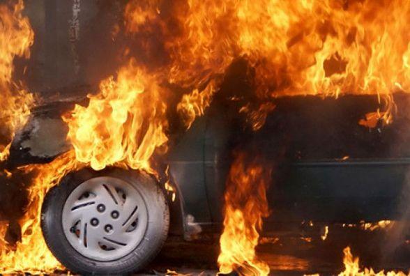 Подвійна автопожежа на Вишеньці: «палаюча» Нива підпалила сусідку «Мазду»