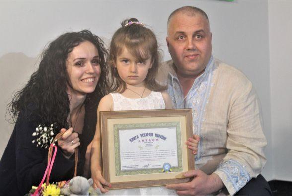 Наймолодша художниця України живе у Вінниці. Їй три роки