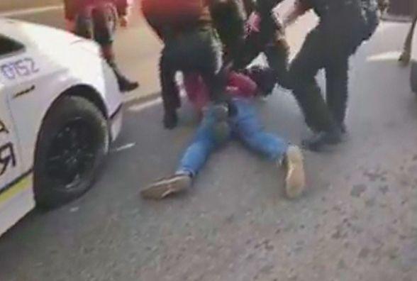 «Документи діставай, бистро!»: патрульні затримали водія біля Київського мосту