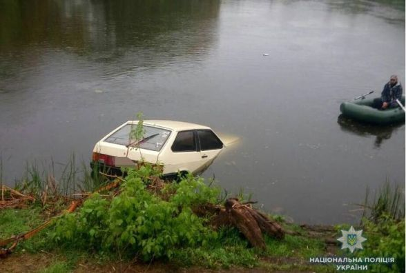 У Липовці п'яний чоловік за кермом «ВАЗу» тікав від поліції та в'їхав у річку