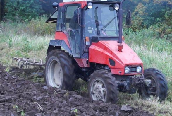 Під Вінницею тракторист травив на полі бур'ян та переїхав робітника