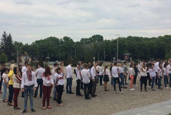 Студенти, школярі та юристи створили «Живу вишиванку»  на площі Стуса