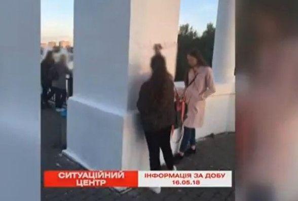 """Спіймали """"на гарячому"""": 14-річна вінничанка розмальовувала арку на фонтані Рошен"""