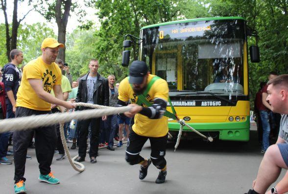 Потягнув 12-тонний автобус зі школярами. Новий рекорд стронгмена Сергія Грачова