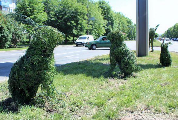 Звірі та аристократи: зелені скульптури поставили на Юності