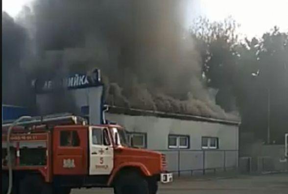 Чорний дим на Тяжилові: з'явилось відео пожежі на автомийці