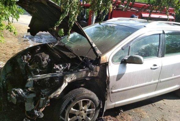 На Вінниччині спалахнув сірий «Peugeot». Гасили троє рятувальників