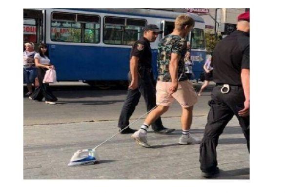 На Соборній чоловік «вигулював» праску і бігав від поліції