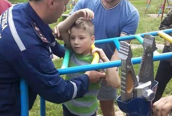 Семирічний хлопчик застряг між драбиною. Рятувальники визволяли з полону