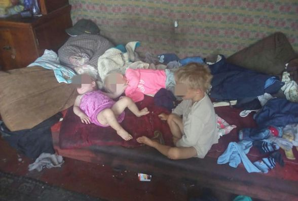 Мама п'є, а діти голодують: трьох маленьких вінничан врятували від родини