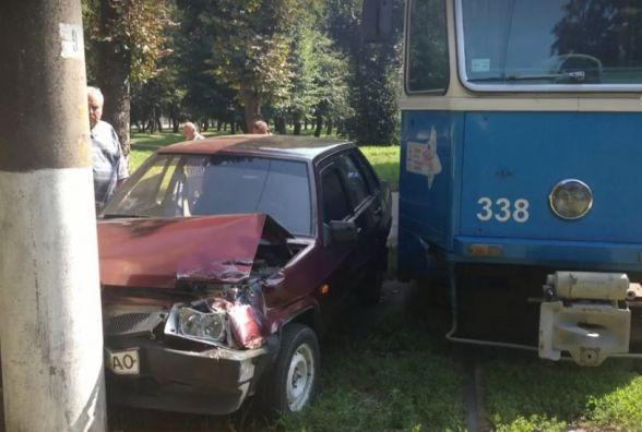 На Стрілецькій «ВАЗ» протаранив трамвай, а потім в'їхав у стовп