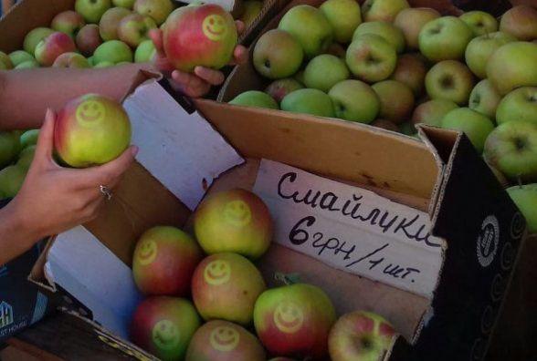 На ринку «Урожай» продають по 6 гривень яблука-смайлики