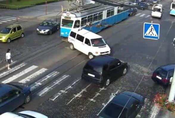 ДТП на Соборній: водій Volkswagen врізався у трамвай. Відео за вихідні