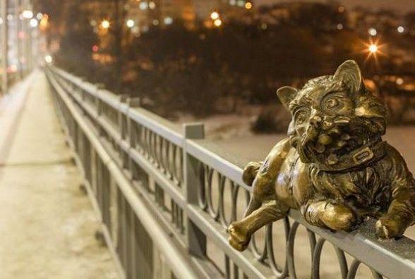 На Київському мосту «оселилися» бронзові коти, голуби та качки