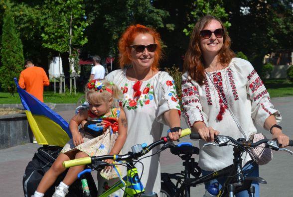 Етно-одяг та велосипеди у серветках: як пройшов велопарад у вишиванках