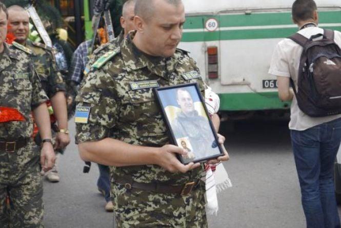 Брат-близнюк  вбитого  прикордонника Євгена Пікуса:  «Коли ми поступили у прикордонну  академію, тато на радощах… зліг у лікарню»