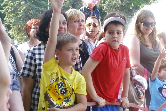 «Мама, я виграв!» Півтисячі маленьких вінничан отримали подарунки на дитячому святі RIA