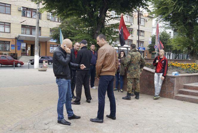 Вінницький Правий сектор ночує біля пам'ятника Шевченка