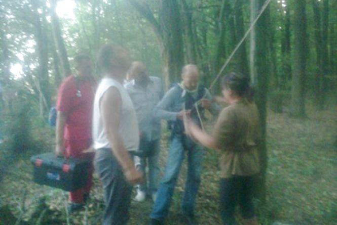 У Тиврівському районі планерист застряг на дереві