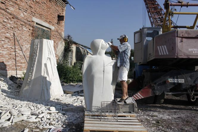 Скульптор зобразив Героя Майдану Юрія Вербицького ангелом з перебитим крилом