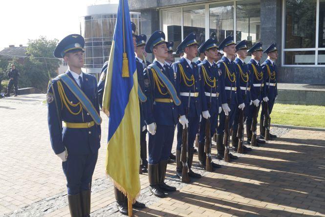 Прапор перед міською радою у Вінниці підіймали військові нагороджені «за мужність»