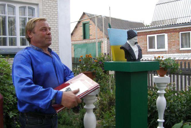 До Дня Незалежності: Сільський будівельник  зробив в хаті музей, а на подвір'ї поставив пам'ятник Шевченку