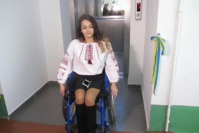 В 33 школі встановили ліфт для діток на візках