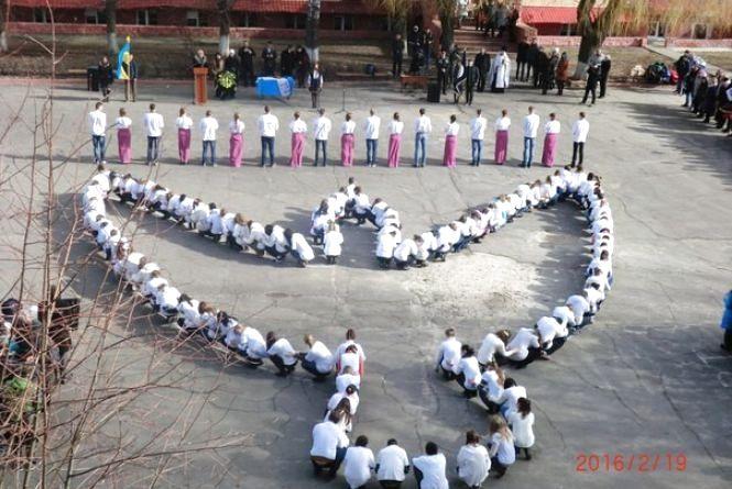 Майбутні педагоги в пам'ять Небесної Сотні  відпустили в небо 20  голубів миру