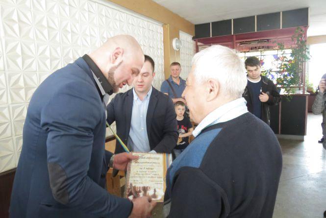 Інтерконтинентальний чемпіон з боксу Роман Головащенко нагородив спортсменів з вадами зору