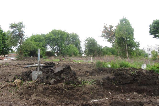 На Привокзальній старообрядне кладовище капітально ремонтують бульдозером