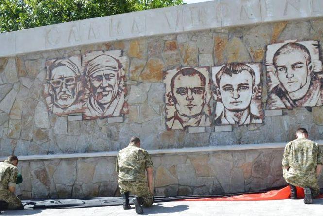 Меморіал 16-ти Героїв: у камені висічено портрети загиблих в АТО могилівчан