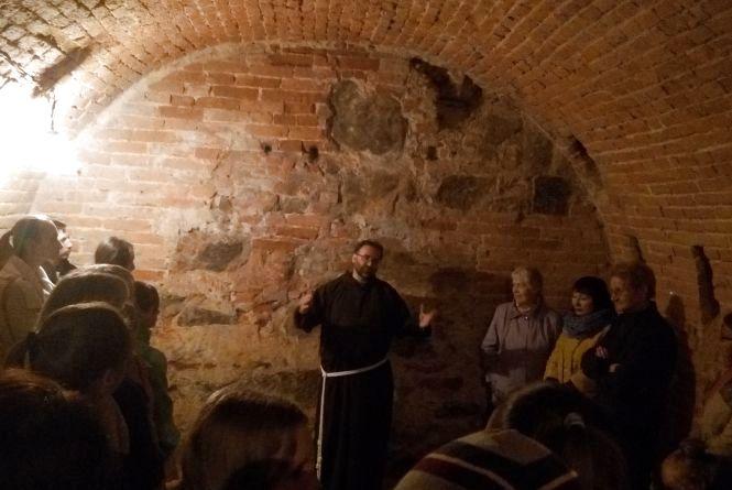 Сотні людей спустилися в підземні ходи вінницького монастиря капуцинів