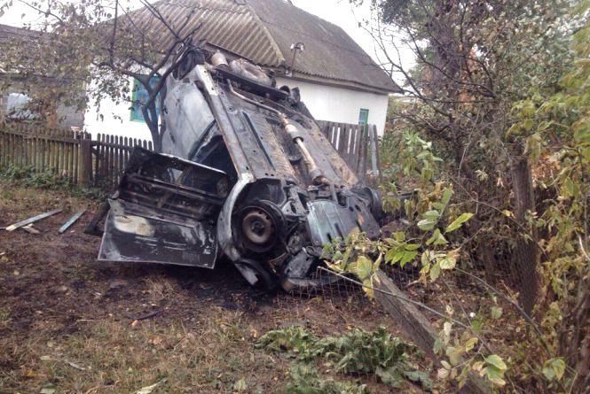 На Вінниччині «Лада» влетіла у дерево та спалахнула. У автівці згорів водій