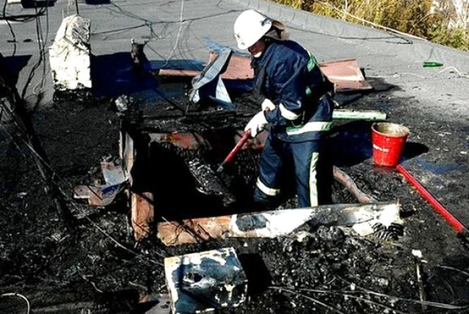 В Ладижині хтось підпалив дах п'ятиповерхівки. На місце викликали пожежних (ФОТО)