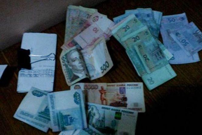 В Жмеринці поліція накрила валютника з купою грошей